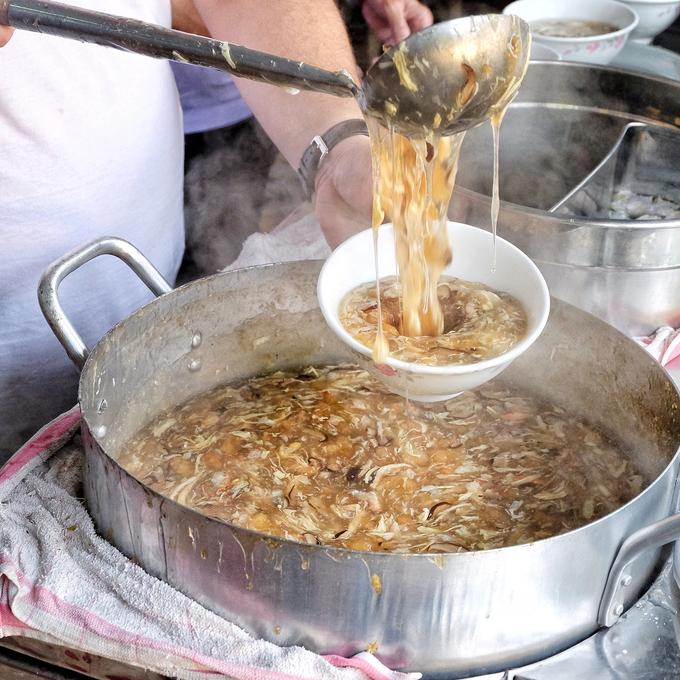 Súp cua cô Lan  Súp cua tại quán này có hương vị đậm đà. Nhiều thực khách đánh giá suất ăn ở đây có thành phần đầy đặn nhất với trứng đánh tan, nấm rơm, trứng cút và thịt cua to, thơm phức. Ảnh: @maryderoux.