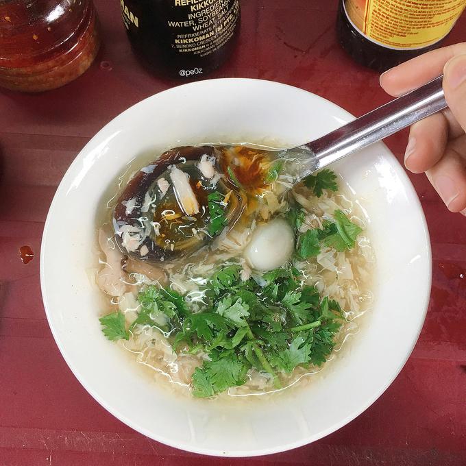 Súp cua Thảo  Nhờ có thêm trứng bắc thảo và óc heo mà hương vị súp cua ở chợ hoa Hồ Thị Kỷ, quận 10 có phần đặc biệt hơn. Phần óc heo được nhiều khách đánh giá là đầy đặn, béo. Ảnh: @pe0z.