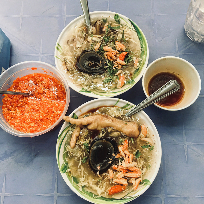Quán súp cua trên đường Vạn Kiếp, quận Bình Thạnh mở cửa từ sáng tới chiều. Một chén bình thường có giá từ 10.000 đồng, khá đặc, nhiều thịt cua và có vị ngọt tự nhiên. Ảnh: @tienmai311.