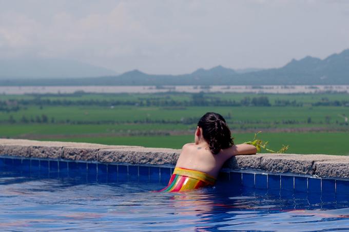 Hồ có hướng nhìn ra cánh đồng lúa, tạo cảm giác bình yên cho du khách. Lúa ở đây thay đổi theo mùa với màu xanh - vàng. Hiện tại là vụ lúa thu đông của người dân quanh vùng, có nơi đã bắt đầu thu hoạch nhưng các cánh đồng bên dưới hồ bơi vẫn còn xanh rì.