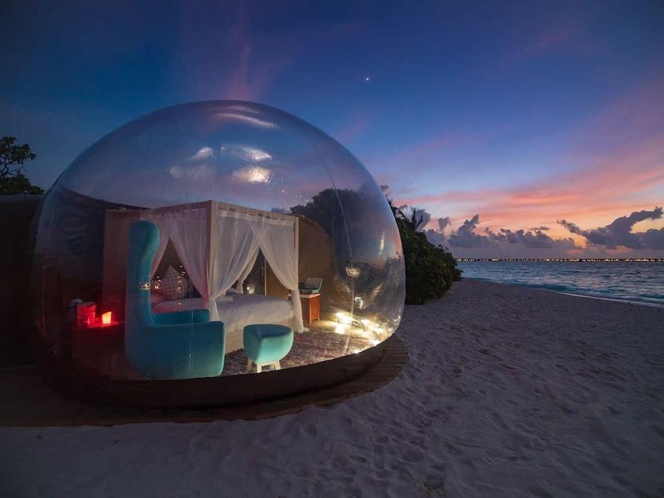 Các Pod (lồng kính tạo hình bong bóng) toạ lạc trên bãi cát dài gần biển đem đến cho du khách sự riêng tư, lãng mạn. Trước khi nghỉ dưỡng dưới bầu trời đầy sao, khách sạn có phục vụ bữa tối lãng mạn bên bờ biển theo phong cách thịt nướng bãi biển Maldives. Ảnh: @fashionpeople_russia.