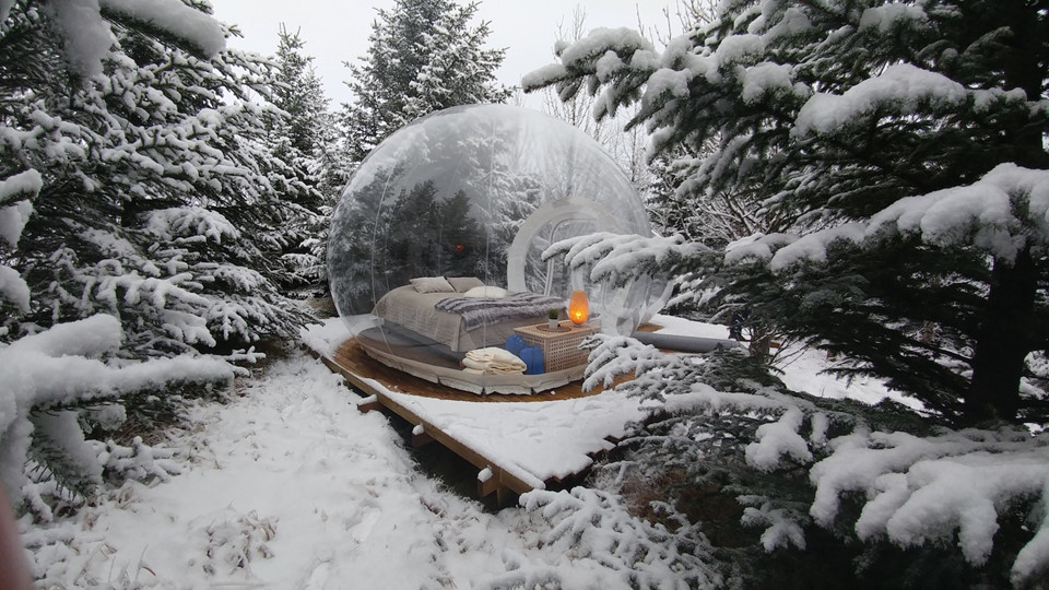 Khách sạn 5 triệu sao, Iceland: Thiết kế những căn phòng trong suốt y hệt bong bóng xà phòng là ý tưởng độc đáo của khách sạn 5 triệu sao nằm giữa rừng thông xanh thẳm. Đến mùa đông, tuyết trắng phủ kín khu rừng càng khiến căn phòng trong suốt lấp lánh theo ánh sáng Mặt Trời, rực sáng về đêm. Ảnh: @bubbleiceland.