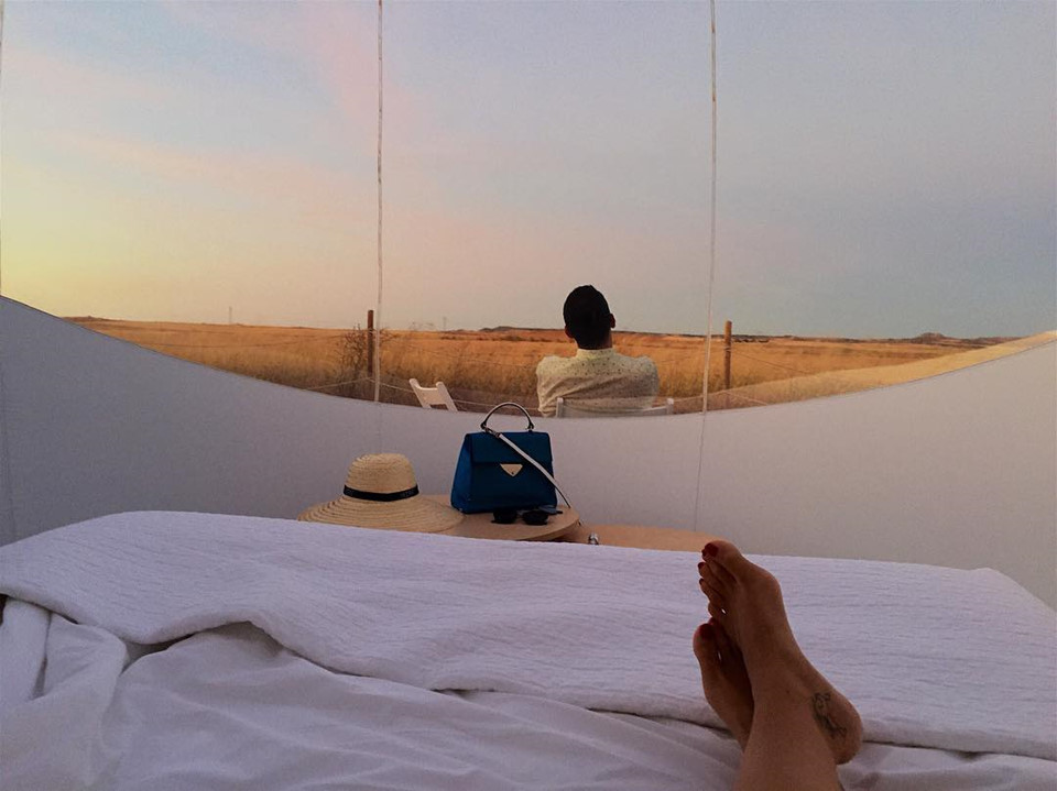 Không như khách sạn 5 sao với tiện nghi sang trọng, du khách đến Iceland thoả sức ngắm nhìn hàng triệu ngôi sao trên trời với tiện nghi đơn giản nhưng không kém phần chất lượng. Mỗi phòng đều có giường đôi, chăn bông, máy điều hoà tự điều chỉnh nhiệt độ. Khách sạn chỉ dành riêng cho du khách tham gia tour du lịch theo mùa hay khám phá bờ biển phía nam thành phố Reykjavik. Ảnh: Telegraph.