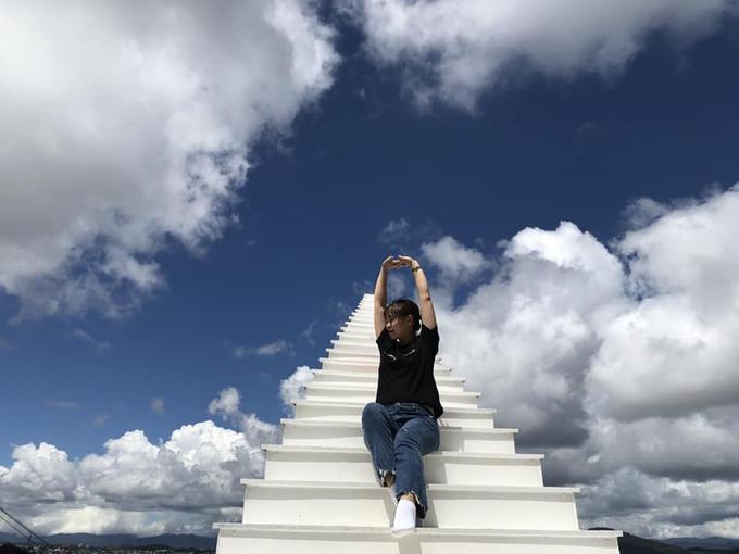 """""""Cầu thang vô cực"""" là điểm check-in mới của giới trẻ tại Đà Lạt. Thiết kế đặc biệt của bậc thang kết hợp với góc chụp sẽ mang lại cho tấm ảnh hiệu ứng thị giác ấn tượng, gợi nhớ tới """"nấc thang lên thiên đường"""". Ảnh: Huỳnh Phương Huỳnh."""