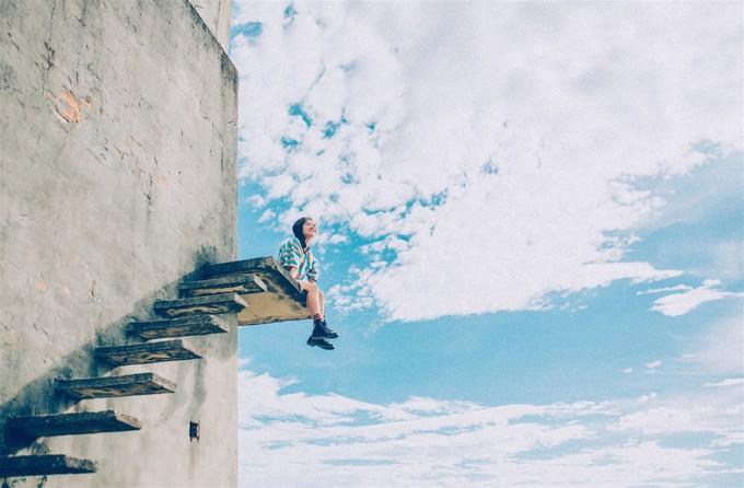 Chiếc lò gạch cũ bị bỏ hoang nhiều năm tại khu vực xã Cẩm Kim, Duy Vinh, TP Hội An bỗng được giới trẻ săn đón vì những nấc thang bằng xi măng xưa cũ nối tiếp, chạy vòng lên đến đỉnh lò. Ảnh: Hoàng Điệp.