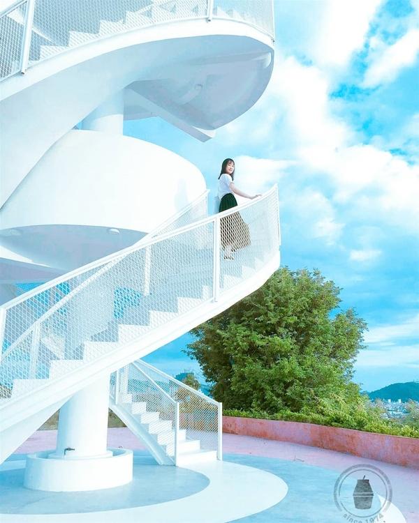 Bạn có thể đứng từ xa để chụp trọn thiết kế hình xoắn ốc độc đáo của cầu thang hoặc lại gần, đưa góc máy chếch lên nền trời cao để chụp những tấm hình siêu ảo. Ảnh: Tr.trieu.