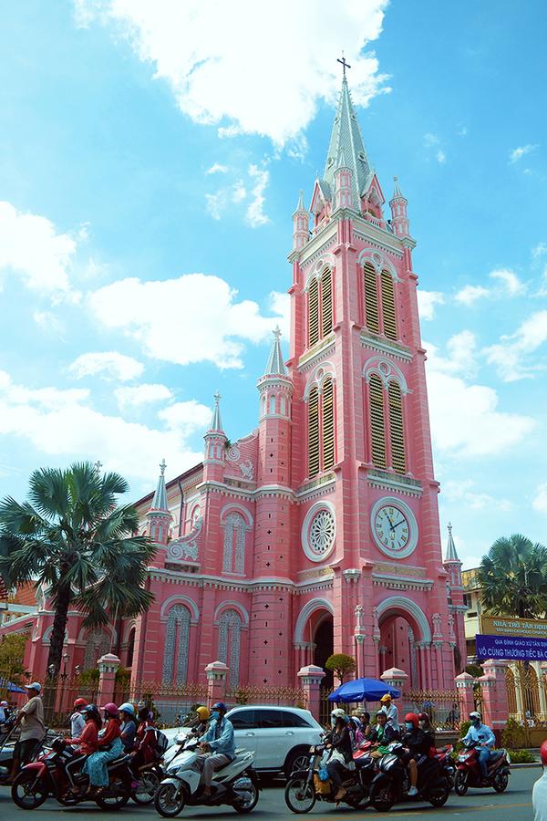 Nhà thờ Tân Định có tên gọi chính thức là Nhà thờ Thánh Tâm Chúa Giêsu. Đây là nhà thờ Công giáo tọa lạc trên đường Hai Bà Trưng (quận 3, TP HCM).  Khởi công vào năm 1870 và hoàn thành 6 năm sau đó, nhà thờ được xây dựng theo lối kiến trúc Gothic nhưng các chi tiết lại mang phong cách Roman và Baroque. Dù đã trải qua nhiều lần tu sửa, màu sắc ban đầu vẫn luôn được giữ lại. Nhờ màu hồng khác lạ mà nhà thờ thu hút không ít du khách ghé thăm. Ảnh: Phong Vinh.
