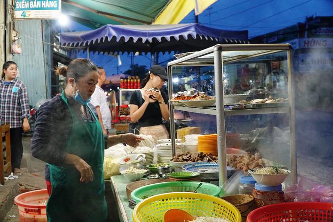 Trên trục đường Lê Lợi đi từ trung tâm Tịnh Biên đến biên giới Campuchia, du khách sẽ nhận ra có nhiều quán bánh canh đông khách. Nhưng bạn sẽ dễ ấn tượng bởi khu bếp nghi ngút hơi nóng và tủ thịt đầy ắp ngay mặt đường của quán ăn gia đình cô Mỹ Tiên (43 tuổi). Quán mở từ năm 1998. Bánh canh ở đây do nhà tự làm, mang nét đặc trưng của bánh canh vùng Vĩnh Trung.