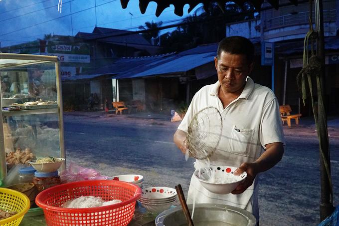 """Theo chủ quán, nhờ có thương hiệu bánh canh ra đời từ loại gạo thơm mà nhiều du khách không ngại đường xa đến vùng biên giới để thưởng thức.  """"Chúng tôi phục vụ người địa phương lẫn du khách ở nơi khác tới. Lâu lâu cũng có người nước ngoài"""", cô Tiên nói."""