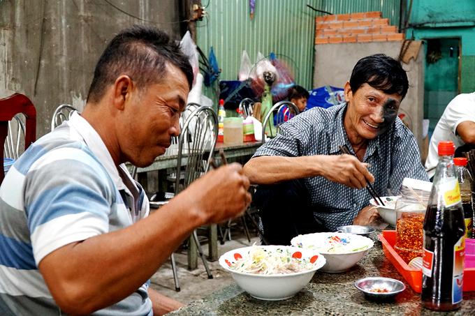 """""""Bánh canh ngon dễ ăn lắm. Tôi thường ăn sáng ở đây, rồi tối đi làm về lười nấu cũng lại ra làm thêm một tô chứ ít khi ăn thứ khác"""", anh Quang, sống gần quán chia sẻ"""