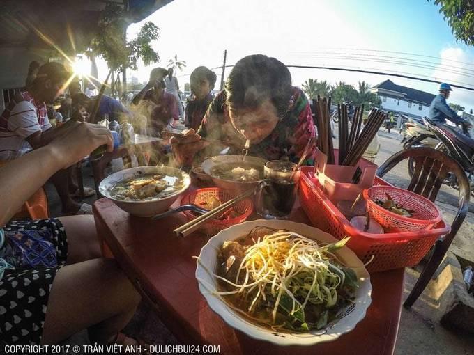 Thiên đường ăn uống  Du khách dễ dàng tìm thấy các nhà hàng phục vụ hải sản và đồ uống ngon quanh đảo, đặc biệt tại chợ đêm Phú Quốc và chợ đêm Dinh Cậu. Những món nhất định nên thử là gỏi cá trích, bánh canh cá thu, bún kèn, còi biên mai nướng, cháo nhum, nhum nướng mỡ hành, nấm tràm và hạt é thốt nốt mủ trôm. Ảnh: Trần Việt Anh.