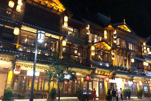 Các khách sạn ở Phượng Hoàng cổ trấn đều xây dựng theo lối kiến trúc của người Trung Quốc xưa. Ban đêm đều thắp sáng bằng đèn lồng. Ảnh: Phương Anh.