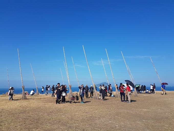 """Nếu bạn là tín đồ của bộ truyện Harry Potter thì cánh đồng chổi bay ở Keelung, Đài Loan sẽ khiến bạn thích mê. Người dân địa phương gọi đây là """"Vách chổi thần"""" bởi rất nhiều cây chổi cao vài mét được dựng trên bãi cỏ lớn, hướng ra phía biển."""
