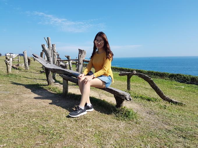 Bờ biển Keelung còn có những chiếc ghế gỗ, xích đu với hình thù kỳ lạ được dựng ngay bên vách núi.
