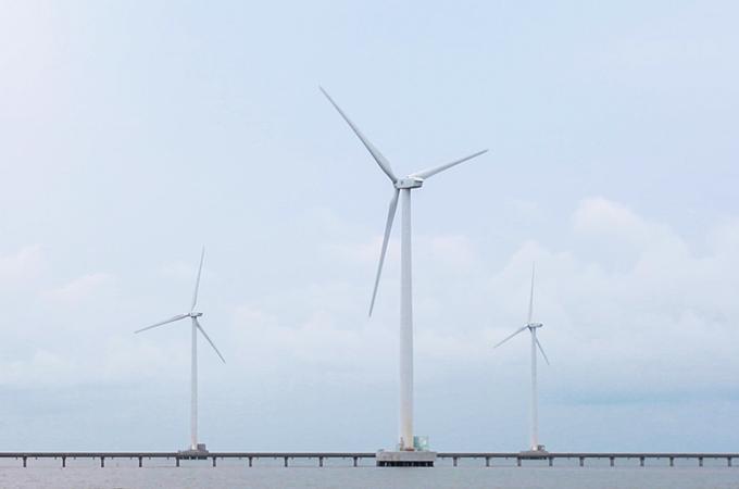 Thời điểm lý tưởng nhất để ghé thăm cánh đồng gió là lúc sáng sớm hoặc chiều tà để ngắm bình minh hoặc hoàng hôn. Đây là cánh đồng điện gió trên biển duy nhất tại Việt Nam và là dự án điện gió đầu tiên trong khu vực Đông Nam Á được xây dựng trên thềm lục địa.