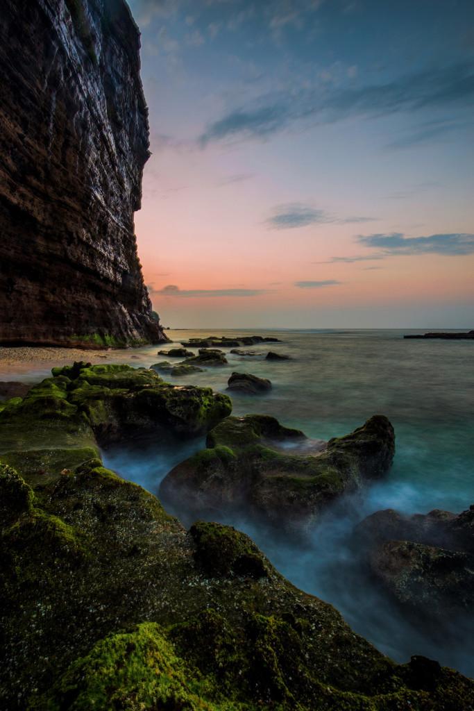 Hang Câu được xem là cảnh quan thiên nhiên cuốn hút nhất trên đảo Lớn. Di tích này trải qua hàng ngàn năm bị bào mòn bởi sóng và gió đã tạo nên dãy đá màu nham thạch đẹp kỳ vĩ. Nơi đây là địa điểm cắm trại quen thuộc của những du khách thích khám phá nét hoang sơ trên đảo.