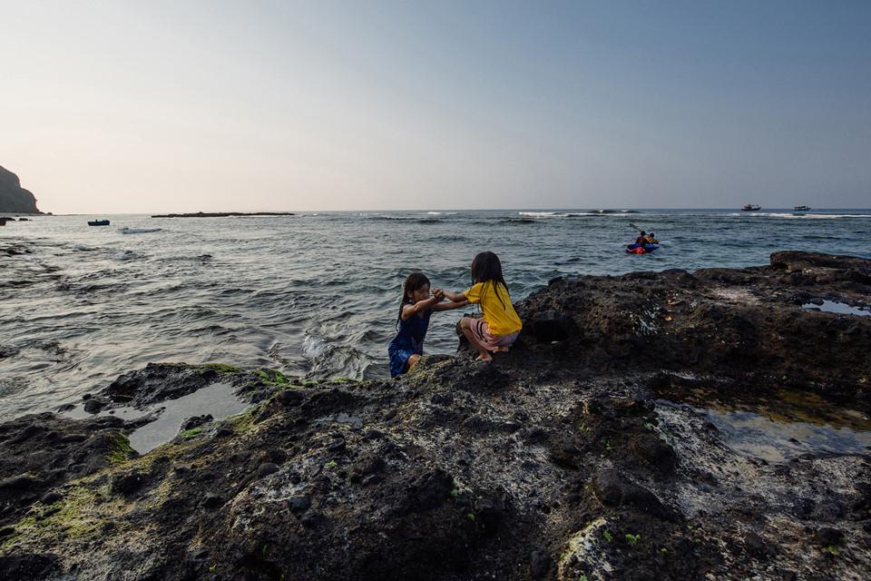 Ngoài những tuyệt tác thiên nhiên đẹp mê hồn, điều lắng đọng sâu nhất trong lòng mỗi lữ khách có lẽ là tình người nơi vùng biển miền Trung này. Những con người nồng hậu, nhiệt thành như vị mặn mòi biển cả là chất liệu làm nên nét đẹp riêng của Lý Sơn.