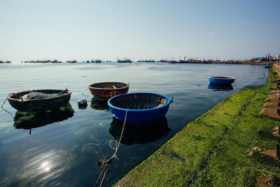 Đảo Lớn, còn gọi cù lao Ré, là hòn đảo trung tâm của Lý Sơn, có diện tích lớn nhất và đông dân cư nhất. Nơi đây có nhiều thắng cảnh nổi tiếng hút khách du lịch như hang Câu, cổng Tò Vò, đỉnh Thới Lới, chùa Hang...