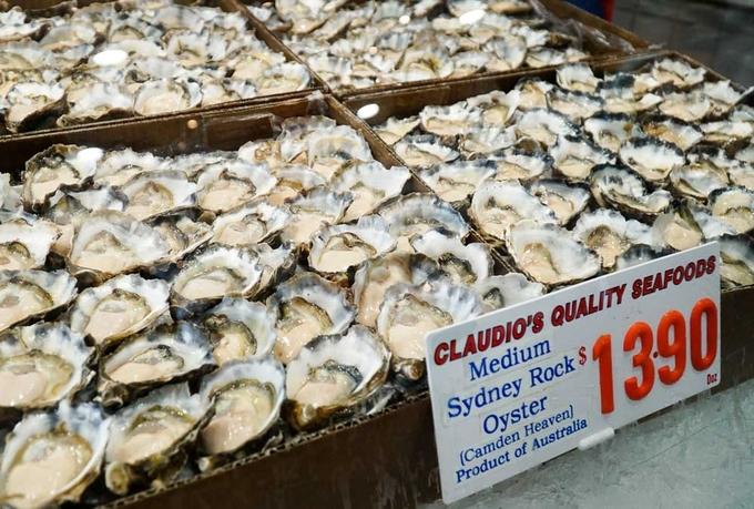 Ở chợ cá Sydney, một trong những món mà bạn không nên bỏ qua là hàu Sydney Rock - một trong sáu loại hàu ngon nhất thế giới - được bán với giá không quá đắt so với khi mua ở ngoài. Hàu Sydney không to nhưng vị béo và thịt mềm, ăn dễ ghiền.