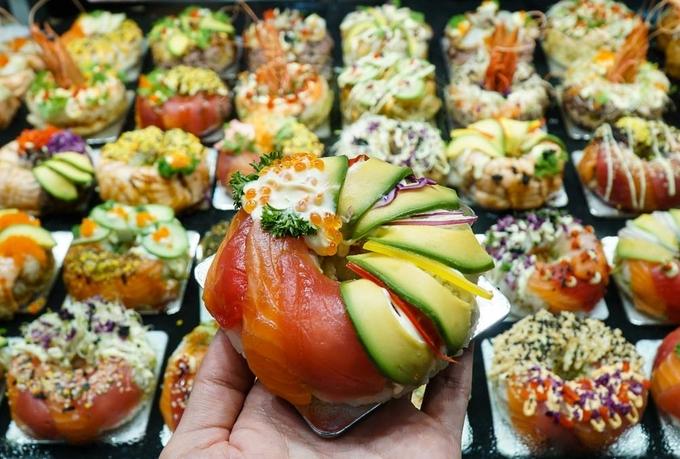 Bên cạnh đó, món bánh donut sushi rất được các cô nàng ưa chuộng bởi ngoài tươi ngon và được làm từ nhiều nguyên liệu đa dạng ra, nó chiếm trọn cảm tình của thực khách nhờ cách trang trí bắt mắt, trông hấp dẫn.