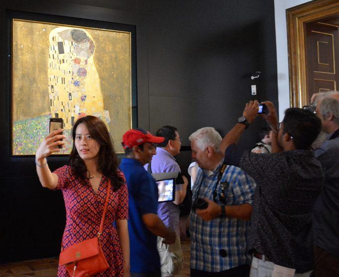 """Trong đó, nổi bậc nhất là bức tranh """"The kiss"""" (Nụ hôn) của Gustav Klimt - họa sĩ theo trường phái tượng trưng (Symbolism) người Áo - thu hút sự quan tâm của du khách yêu nghệ thuật. Các tác phẩm của Klimt được đánh giá cao và thường nằm trong top những bức tranh đắt giá nhất thế giới."""