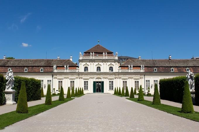 Còn Lower Belvedere là nơi hoàng tử Eugene từng sống, vẫn lưu giữ một phần bộ sưu tập nghệ thuật của ông lúc sinh thời. Nơi đây thường tổ chức các buổi triển lãm ngắn hạn phục vụ du khách.