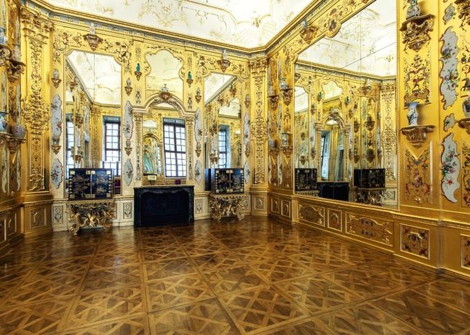 Đặt chân vào bên trong Lower Belvedere, du khách được chiêm ngưỡng các căn phòng sang trọng, phô bày sự xa hoa của hoàng gia. Hầu hết trần nhà của cung điện đều trang trí những bức tranh rất ấn tượng, khiến người xem phải trầm trồ.