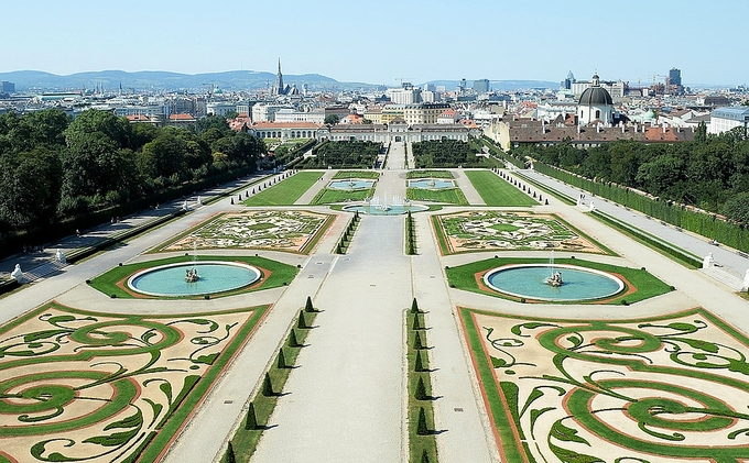 Bên cạnh đó, khu vườn xây đối xứng theo kiến trúc Baroque, nối Upper và Lower Belvedere được cắt tỉa, chăm chút kỹ lưỡng. Để đi bộ từ nơi này sang nơi kia, bạn phải mất hàng chục phút vì nó khá rộng. Chỉ nơi này là miễn phí tham quan cho khách du lịch, các điểm còn lại trong khuôn viên điều phải mua vé, thấp nhất là 15 USD (khoảng 345.000 đồng/người).
