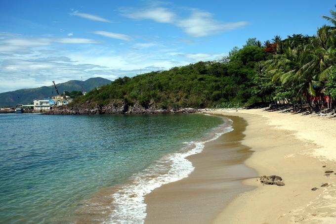 Bãi tắm Hoàng hậu có quy mô nhỏ nhưng được coi là một trong những bãi tắm đẹp nhất Nha Trang.