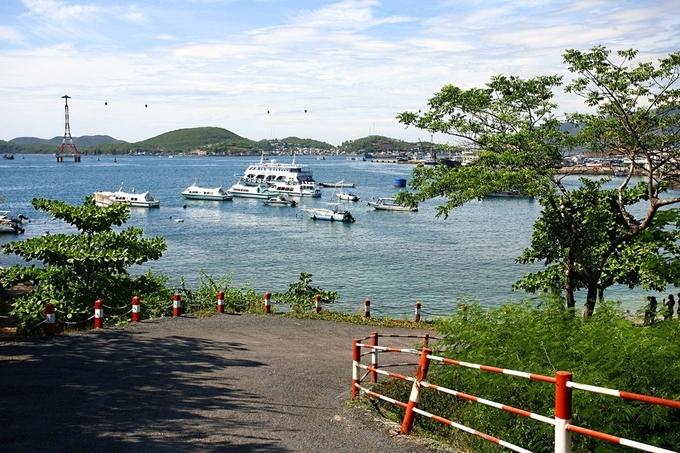 Lối xuống bến tàu, phía nam biệt thự Xương Rồng, gần bãi tắm Hoàng hậu.