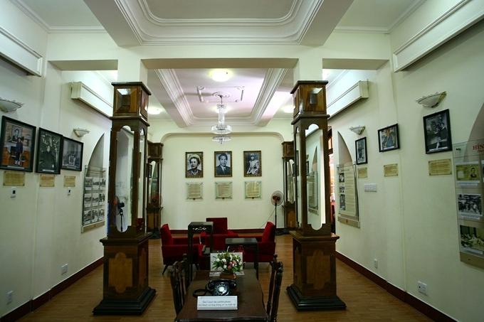 Phòng khách tại tầng một của biệt thự Xương Rồng hiện là phòng trưng bày lịch sử liên quan đến vua Bảo Đại, gia đình và triều Nguyễn.