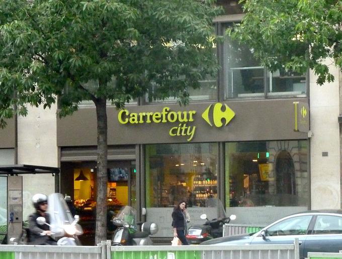 Dự án Le Carillon kêu gọi các doanh nghiệp đặt tấm dán ở cửa sổ thông báo có các bữa ăn, đồ uống và phòng tắm miễn phí cho những người vô gia cư. Trong ảnh là một nhà hàng trong thành phố tham gia vào chiến dịch. Ảnh: Chrisloader/Wikicommons.