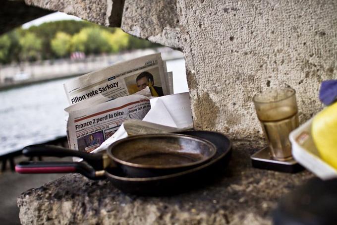 Du khách thường bị sốc khi chứng kiến cảnh vạ vật của người dân ở một số nơi trong thủ đô. Những người ăn xin trên khắp các bến tàu điện ngầm và lều của người di cư nằm dọc theo dòng kênh Saint-Martin.