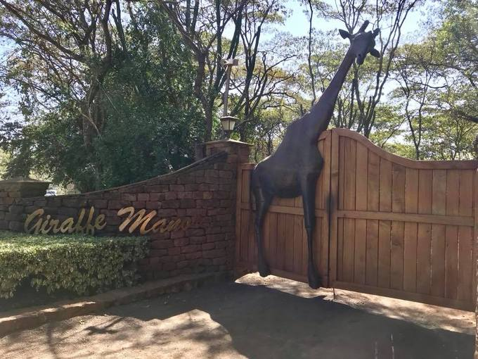 Giraffe Manor nằm ở vùng Lang'ata, ngoại ô Nairobi (Kenya), đồng thời thuộc Trung tâm Giraffe Nairobi - nơi bảo tồn và nhân giống một số loài hươu cao cổ có nguy cơ tuyệt chủng - là một khách sạn đông khách. Bạn phải đặt phòng trước hàng tháng mới có chỗ.