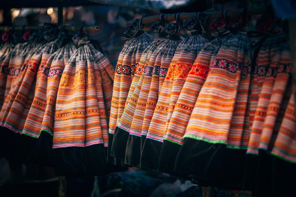 Những gian hàng thổ cẩm bày bán đủ loại quần áo là sản phẩm thủ công do các bà các mẹ tự tay dệt. Du khách có thể mua một trang phục dân tộc và mặc chụp ảnh lưu niệm hoặc mua những chiếc khăn, chăn dệt nhiều màu sắc làm quà tặng.