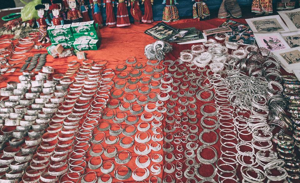 Trang sức bạc như vòng cổ, vòng tay, khuyên tai là những món đồ không thể thiếu trong trang phục truyền thống của nhiều dân tộc thiểu số sinh sống ở Lào Cai. Những món đồ bằng bạc này đều được làm thủ công.