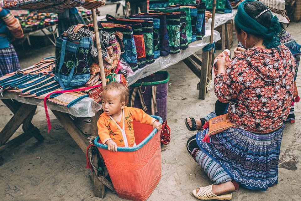 Những đứa trẻ dân tộc tóc vàng hoe, má đỏ hồng, mặt mũi lem nhem, theo mẹ lên chợ bán hàng là hình ảnh thường thấy ở chợ phiên Bắc Hà.