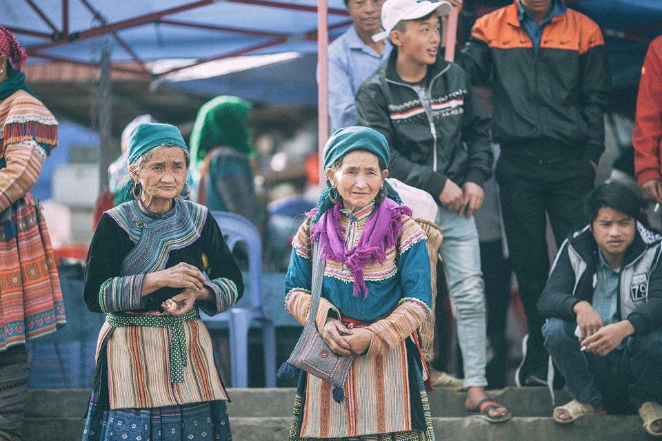 Tới Bắc Hà, tham dự chợ phiên phải đến lúc sáng sớm. Bạn sẽ bị cuốn hút bởi quang cảnh bình dị nơi đây khi ánh nắng ban mai chiếu nhẹ những bộ trang phục của người dân hay những hàng hóa vùng cao đầy màu sắc sặc sỡ.