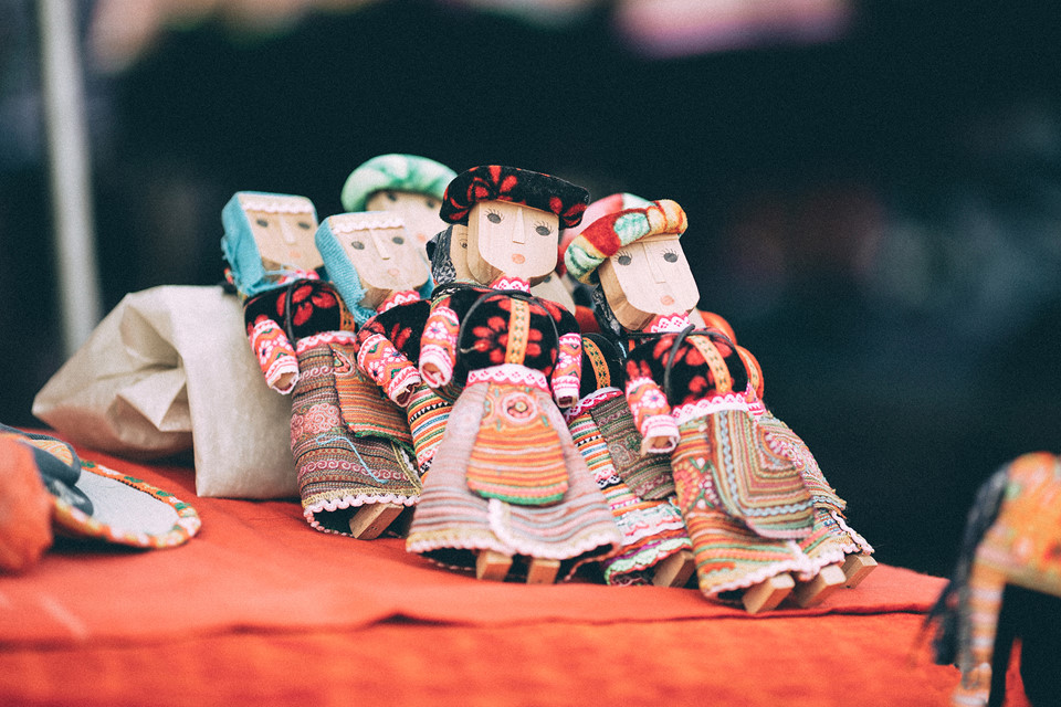 Du khách nước ngoài đặc biệt yêu thích những hình nộm búp bê mặc trang phục dân tộc.