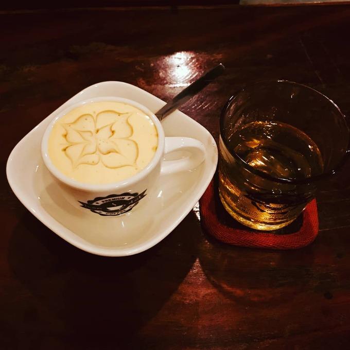 """Máy xay cà phê bằng tay được sử dụng để trang trí mặt tiền của quán. """"Hiện nay, loại máy này không dễ gì tìm thấy trên thị trường"""", anh Văn nói thêm. Khi có khách đến uống cà phê và chụp ảnh, anh còn chỉ họ cách xay cà phê bằng loại máy này."""