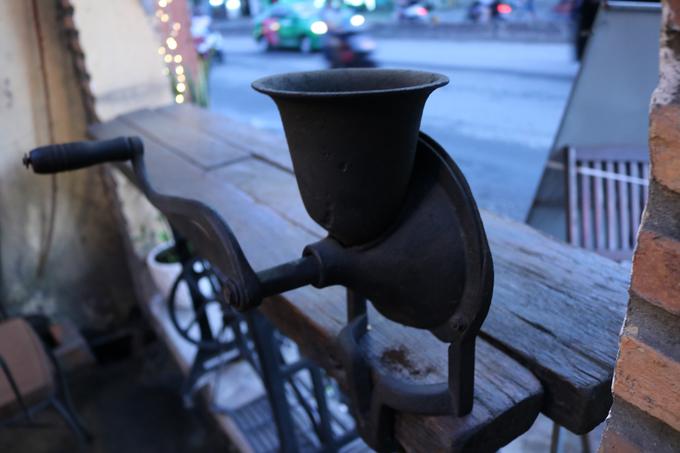 Tại quán, anh Văn và chị Chiên chú trọng đến chất lượng cũng như hương vị của đồ uống như cà phê, trà, nước ép, sinh tố, nước uống đá xay... Hiện tại, các bạn trẻ đến quán có thêm nhiều lựa chọn như: cà phê trứng, matcha trứng, cốt dừa cà phê, và cốt dừa chocolate. Đồ uống tại quán có mức giá trung bình 20.000 - 35.000 đồng. Cơm trưa là 32.000 đồng.