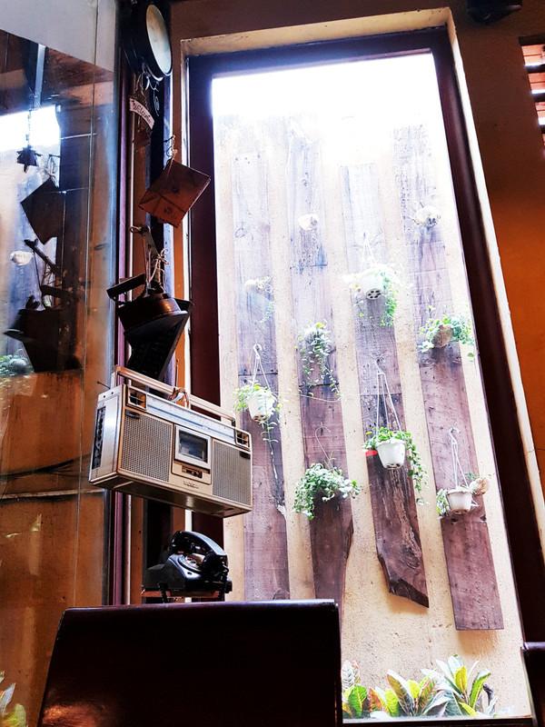 Các tín đồ thích chụp ảnh hoài niệm có thể ghi lại khoảnh khắc đáng nhớ bên cạnh những món đồ như đồng hồ, bàn ủi con gà, điện thoại và radio.