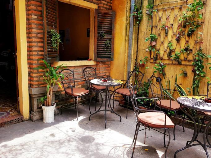 """Chị Bùi Thị Lan Anh, từng học tập tại Hà Nội, nhưng sinh sống tại Sài Gòn, cho biết dù không thường uống cà phê, nhưng khi đến đây chị vẫn ấn tượng mùi cà phê mà quán pha chế. """"Ngắm những mầm xanh vươn lên trong ánh nắng sau cơn mưa bên kia khung cửa mang lại cho mình một cảm giác nhẹ nhàng, như muốn trút bỏ mọi áp lực cuộc sống lại đằng sau"""", chị Lan Anh nói."""