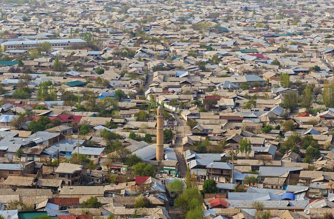 Một góc thành phố Osh nhìn từ núi Sulayman. Đây là thành phố lớn thứ 2 của Kyrgyzstan hiện tại. Trước đây, Osh nằm ở trung điểm của tuyến đường tơ lụa và là một thị trường lớn. Ảnh: A.Savin/Wikimedia Commons.