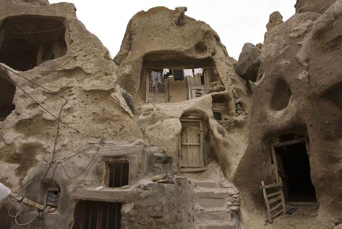 Kiến trúc nhà ở tại làng Kandovan, Iran. Những ngôi nhà này do người dân tạo nên bằng cách khoét sâu vào các khối đá ở chân đồi, núi Sahand. Tổ tiên của họ xưa kia đến vùng đất này để tìm nơi ẩn náu trước đội quân Mông Cổ hùng mạnh. Ảnh: Caren Firouz/Reuters.