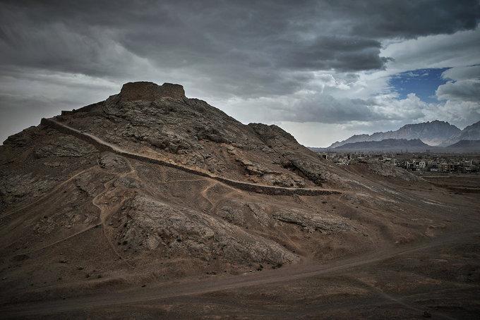 """Một nhánh phía nam của con đường tơ lụa sẽ đưa du khách đến với Yazd, Iran. Vùng đất này là nơi sinh sống của cộng đồng người Zoroastri. Trong ảnh là """"Ngọn tháp im lặng"""" đã tồn tại qua nhiều thế hệ người Zoroastri, địa điểm họ thực hiện thiên táng. Ảnh: DevianArt."""