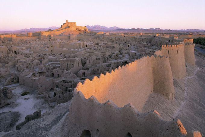 Thành phố cổ Bam, nằm ở tỉnh Kerman, Iran. Lịch sử của Bam bắt đầu từ thế kỷ thứ 6 đến thứ 4 TCN. Thời hoàng kim của nó là từ thế kỷ thứ 7 đến thế kỷ 11, khi thành phố này nằm ở ngã tư các tuyến thương mại quan trọng, trong đó có con đường tơ lụa. Bam từng được biết đến với việc sản xuất hàng dệt lụa và bông. Ảnh: Pinterest.