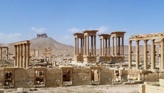 Những gì còn sót lại của thành phố cổ Palmyra nổi tiếng ở Syria sau khi quân đội chính phủ chiếm lại từ lực lượng ISIS năm 2016. Palmyra trong quá khứ là trung tâm thương mại quan trọng, gắn liền với sự phát triển của con đường tơ lụa. Thành phố cổ đại này đã được UNESCO công nhận là di sản thế giới, đóng góp rất nhiều vào sự phát triển du lịch của Syria. Tuy nhiên, nhiều công trình đã bị ISIS phá hủy khi lực lượng này chiếm Palmyra. Ảnh: Maher Al Mounes/AFP.