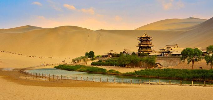 Ốc đảo Nguyệt Nha Tuyền tại thị trấn Tửu Tuyền, tỉnh Cam Túc, Trung Quốc. Khi xưa, địa điểm độc đáo này đã là điểm dừng chân của các thương nhân khi đi qua sa mạc Gobi. Ảnh: SBA Travel.