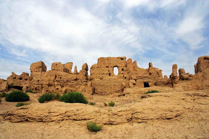 Tàn tích của thành phố cổ Giao Hà tại Turpan, thuộc khu tự trị Duy Ngô Nhĩ Tân Cương, Trung Quốc. Giao Hà được xây dựng trên một cao nguyên có độ cao 30 m cách đây 2.300 năm, nằm trong thung lũng Yarnaz với những vách đá tự nhiên bao quanh. Đây là một địa điểm quan trọng ở phía tây con đường tơ lụa. Thành phố này bị phá hủy bởi cuộc xâm lược của quân Mông Cổ do Thành Cát Tư Hãn dẫn đầu vào thế kỷ 13. Ảnh: Uighurtour.